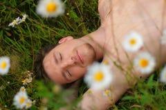 Homme qui s'étendent sur l'herbe Image stock