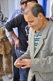 Homme qui a voté sortant de la gare d'interrogation Photo stock