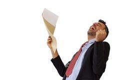 Homme réagissant avec la jubilation à une lettre Photo libre de droits
