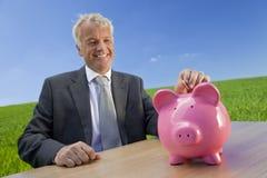 Homme réalisant l'investissement vert Photo libre de droits