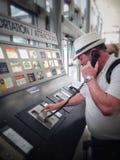 Homme réclamant la navette d'hôtel dans l'aéroport Photo libre de droits