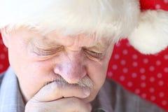 Homme réfléchi dans le chapeau de Santa Claus Photo libre de droits