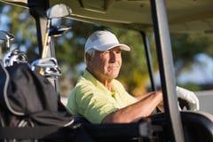 Homme réfléchi de golfeur regardant loin Photos libres de droits