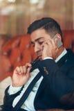 Homme réfléchi négociant au téléphone Image libre de droits