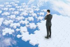 Homme réfléchi sur la route de puzzle Images stock