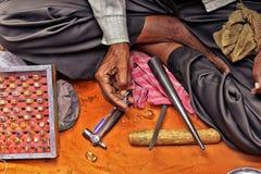Homme réparant des anneaux Photo libre de droits