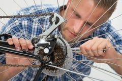 Homme réparant la bicyclette Images stock