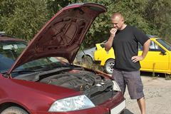 Homme réparant la voiture Photographie stock libre de droits