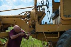 Homme réparant le câblage Photo stock
