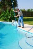 Fonctionnement résidentiel d'homme de service de nettoyage de piscine Photographie stock