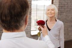Homme résolu exprimant l'amour à son épouse en salle de bal Images stock