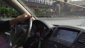 Homme réussi conduisant sa voiture toute neuve par les rues étroites Nice de la ville clips vidéos
