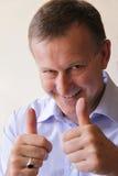 Homme réussi d'affaires avec des pouces vers le haut Photo stock