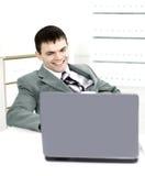 Homme réussi d'affaires dans un bureau moderne fonctionnant derrière un ordinateur portable Images libres de droits