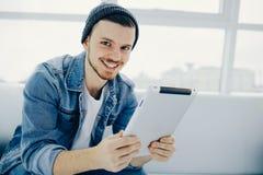 Homme réussi d'affaires s'asseyant dans un café avec le comprimé image libre de droits