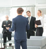 Homme réussi d'affaires se tenant avec son personnel à l'arrière-plan à Photos libres de droits