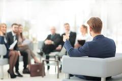 Homme réussi d'affaires se tenant avec son personnel à l'arrière-plan à Photographie stock
