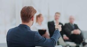 Homme réussi d'affaires se tenant avec son personnel à l'arrière-plan à Photo stock