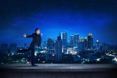 Homme réussi d'affaires sur le dessus de toit à la nuit Photos stock