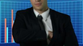 Homme réussi dans le groupe d'apparence de costume de dollars, graphiques de gestion sur le fond banque de vidéos