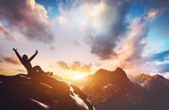 Homme réussi heureux sur la crête de la montagne photo libre de droits
