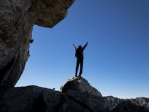 Homme réussissant en montagnes stupéfiantes images libres de droits