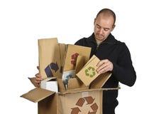 Homme réutilisant le carton Photographie stock libre de droits