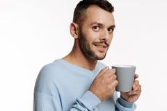 homme raidi aux cheveux foncés tenant une tasse de café photos stock