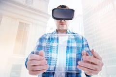 Homme raidi regardant le comprimé transparent par le casque de VR photographie stock libre de droits