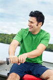 Homme ramant un bateau sur un lac Photographie stock