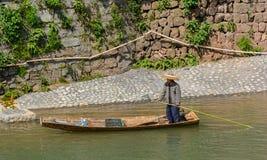 Homme rassemblant des déchets en rivière images libres de droits