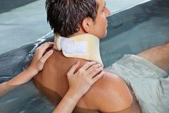 Homme recevant le massage arrière images stock