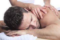Homme recevant le massage de Shiatsu d'un professionnel Photos stock