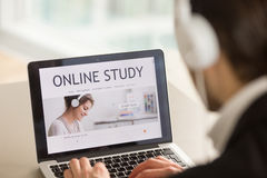 Homme recherchant des cours éducatifs d'Internet Image libre de droits