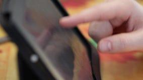 Homme recherchant l'information sur le comprimé banque de vidéos