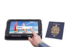 Homme recherchant la destination de vacances Photos libres de droits