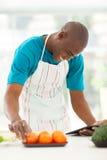 Homme recherchant la recette Photo libre de droits