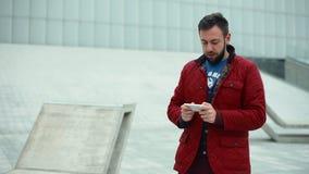 Homme recherchant le point névralgique sans fil banque de vidéos