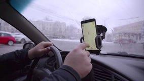 Homme recherchant un endroit sur le navigateur dans la voiture banque de vidéos