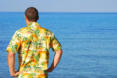 Homme regardant à l'extérieur à la mer Image stock