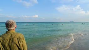 Homme regardant à l'extérieur à la mer Photographie stock libre de droits