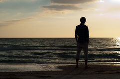 Homme regardant à l'extérieur la plage Image stock