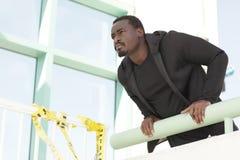 Homme regardant au-dessus de la saillie photographie stock
