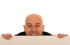 Homme regardant au-dessus du signe vide Photo stock