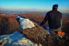 Homme regardant aux montagnes Images libres de droits