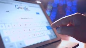 Homme regardant dans Google Actualités banque de vidéos