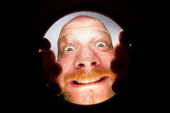 Homme regardant en bas d'un trou photographie stock