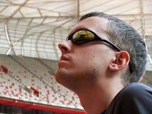 Homme regardant fixement vers le haut le toit de stade Image stock