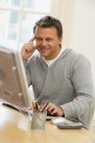 Homme regardant l'écran d'ordinateur Photos libres de droits