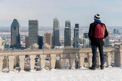 Homme regardant l'horizon de Montréal photos stock